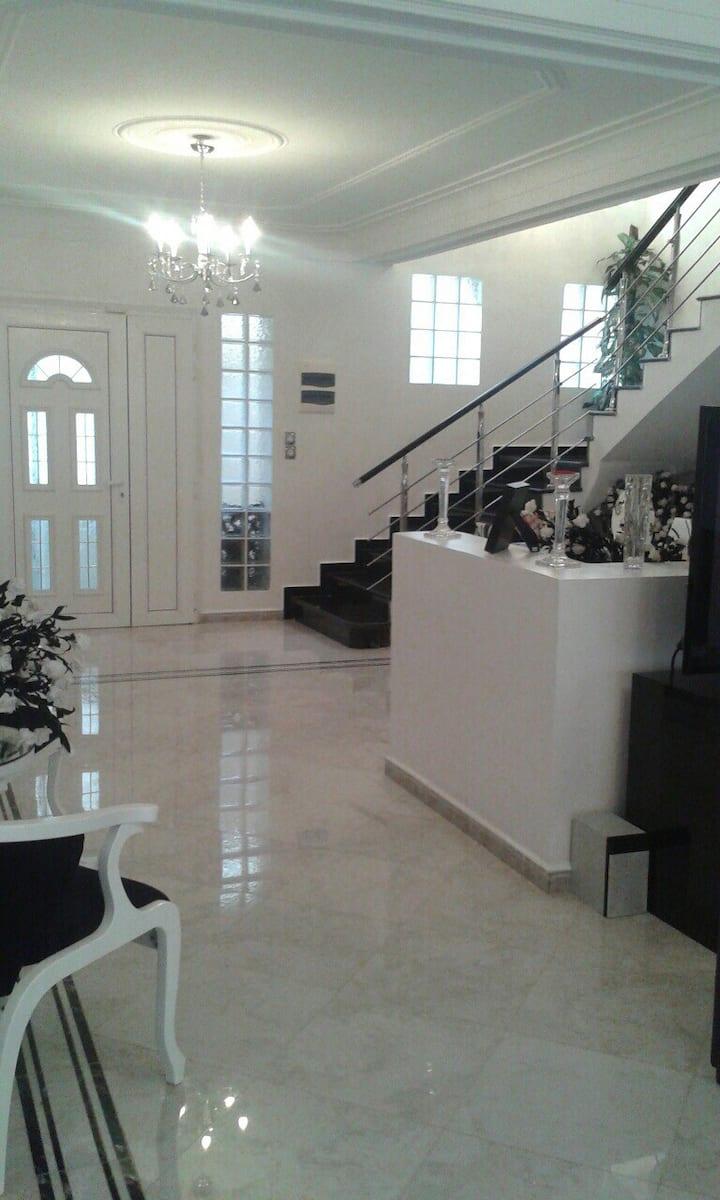 Belle villa moderne .