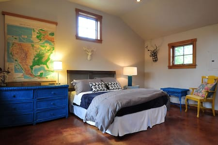Private Mountain Getaway | Studio in ♥ of Downtown