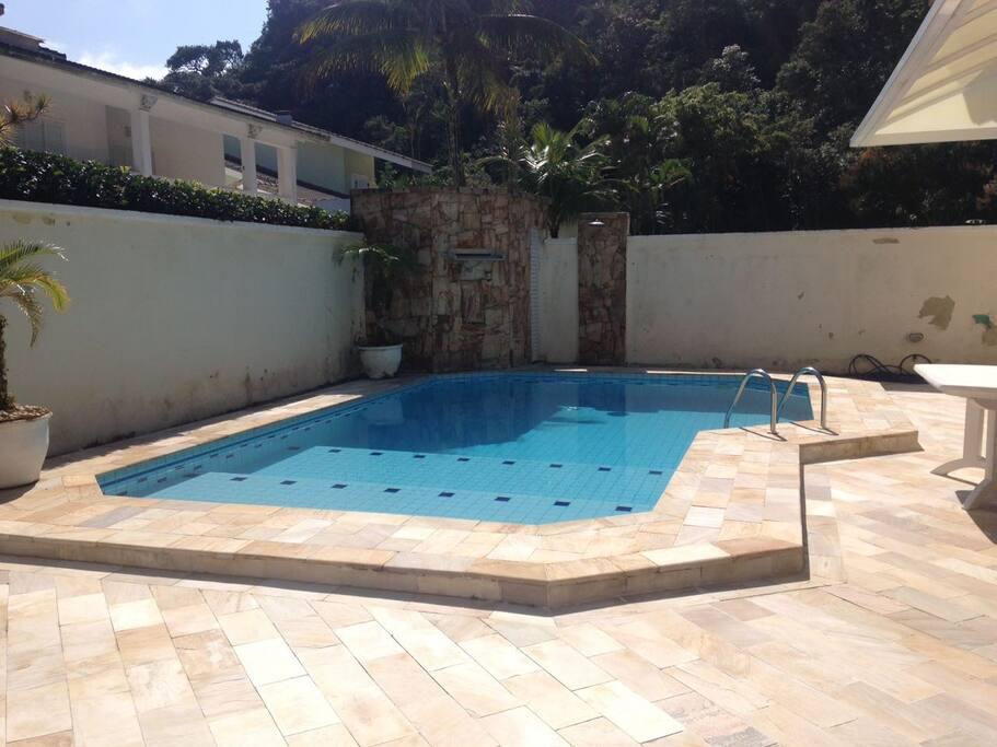 área de piscina e churrasqueira