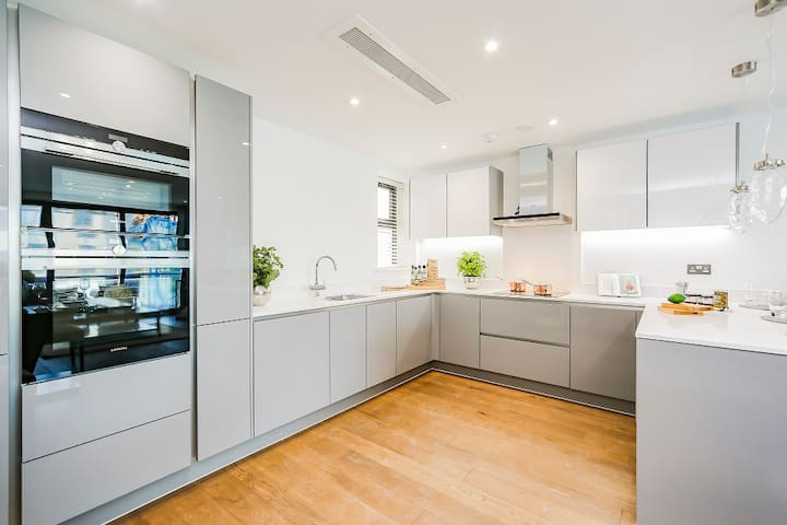 Luxury 3 Bed Apartment with parking & Air Con