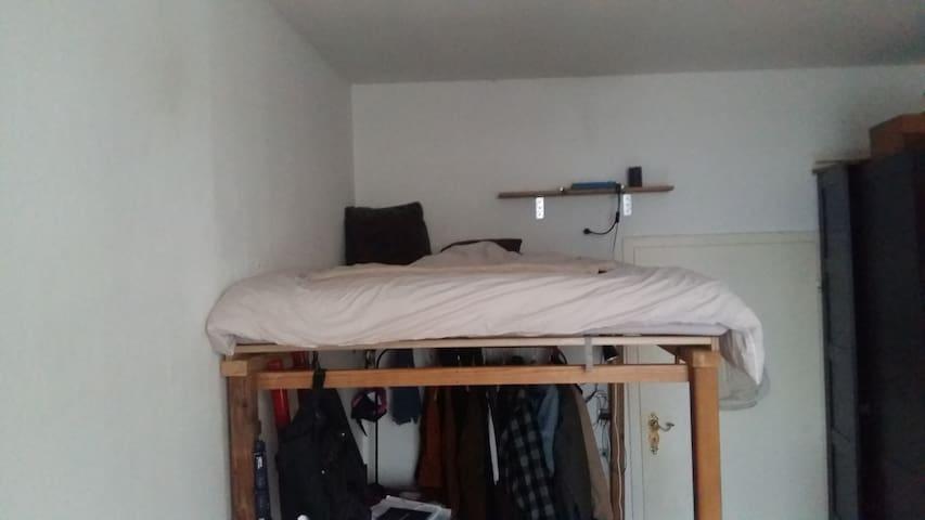 Kleines Zimmer mit Hochbett im Herzen von Köln