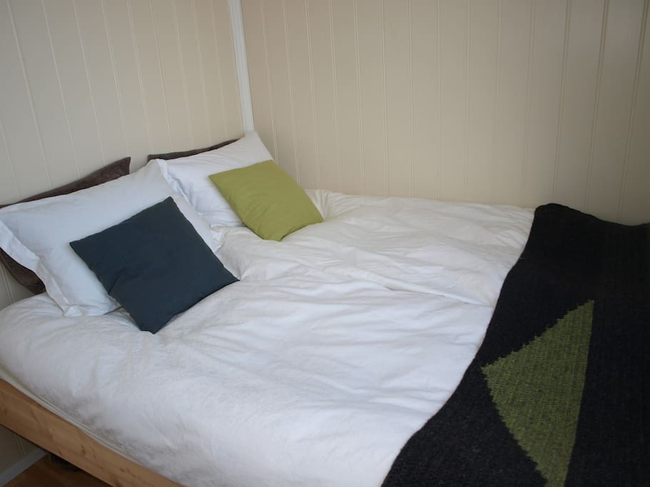 A double bed (160x200cm)