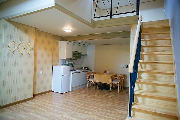 넓은 복층으로 설계된 편안한 객실 17평 복층 308호