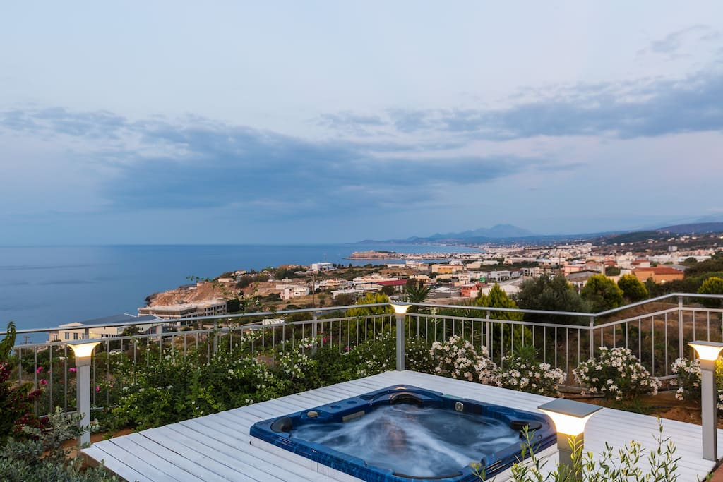 Hot tub for 6 - 7 people and panoramic view of the sea and Rethymno town!