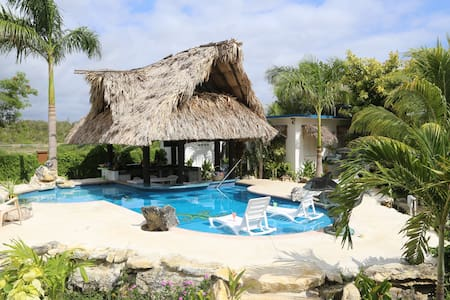 THE GECKO BUNGALOW! ** POOL**  Free Shuttle!