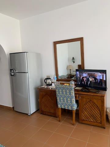 Zona desk Tv e frigo