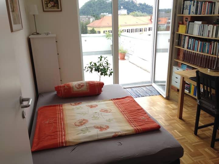 Zimmer mit großer Terasse und Schlossbergblick