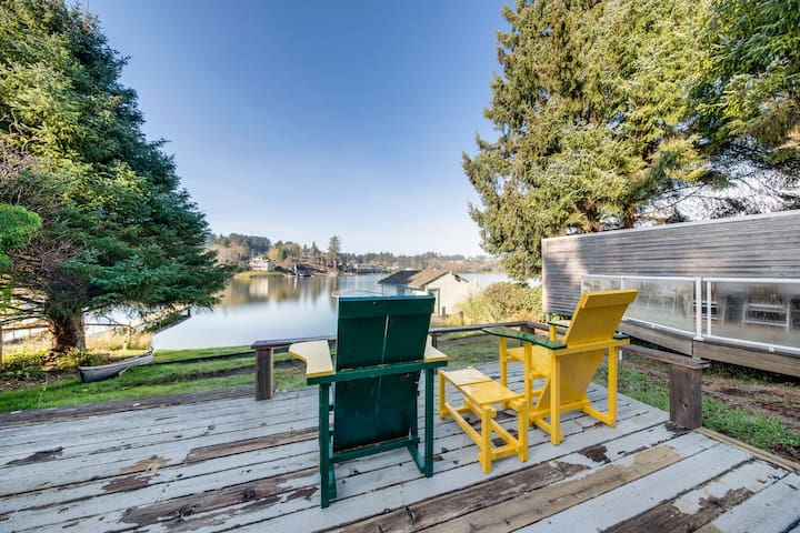 Lakefront, dog-friendly house w/private gas grill, firepit, and outdoor shower!
