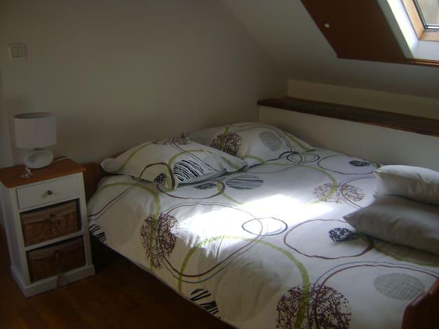 un bon lit avec matelas memoire de forme