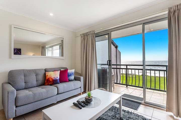 On The Beach -  Absolute Beachfront Apartments 9T