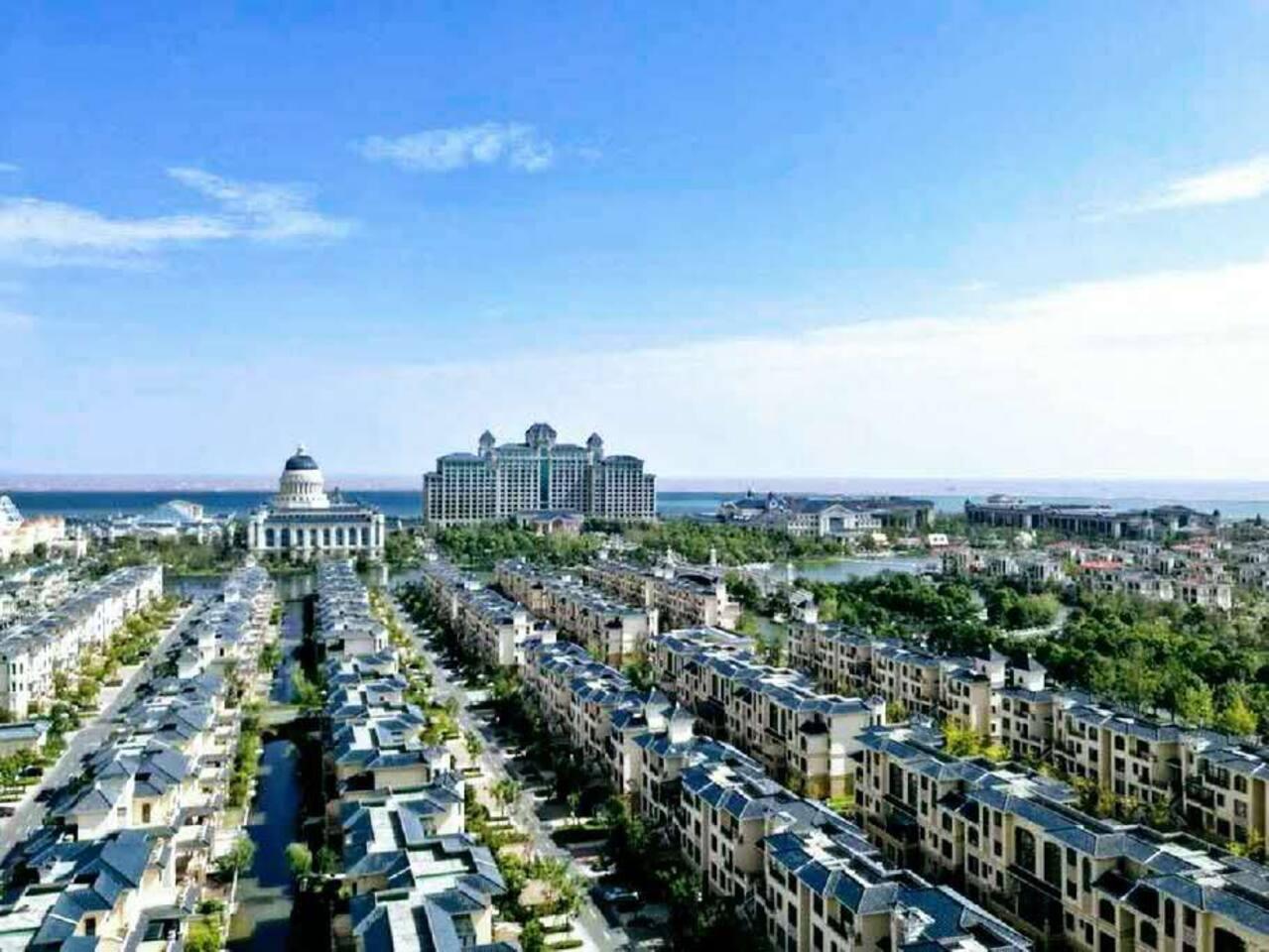 俯瞰恒大7星级中心与别墅区河道水路,赏海天一色