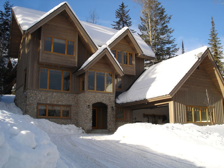 Columbia Mountain Lodge with heated double garage and off-road parking