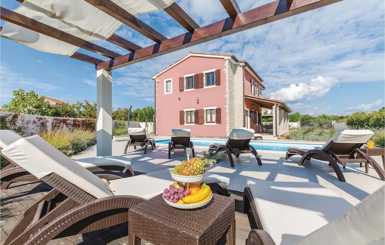 Holiday cottage with 4 bedrooms on 140 m² in Bijazici