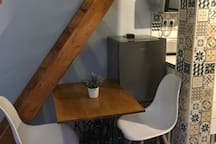 Mesa artesana con pie de máquina antigua.
