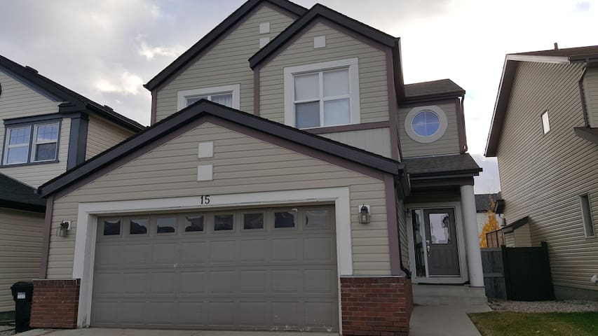 Whole house 2000 sqft,3 bdr,3TV,2.5bath(sleeps 12) - Calgary - Casa