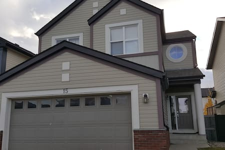 Whole house 2000 sqft,3 bdr,3TV,2.5bath(sleeps 12) - Calgary
