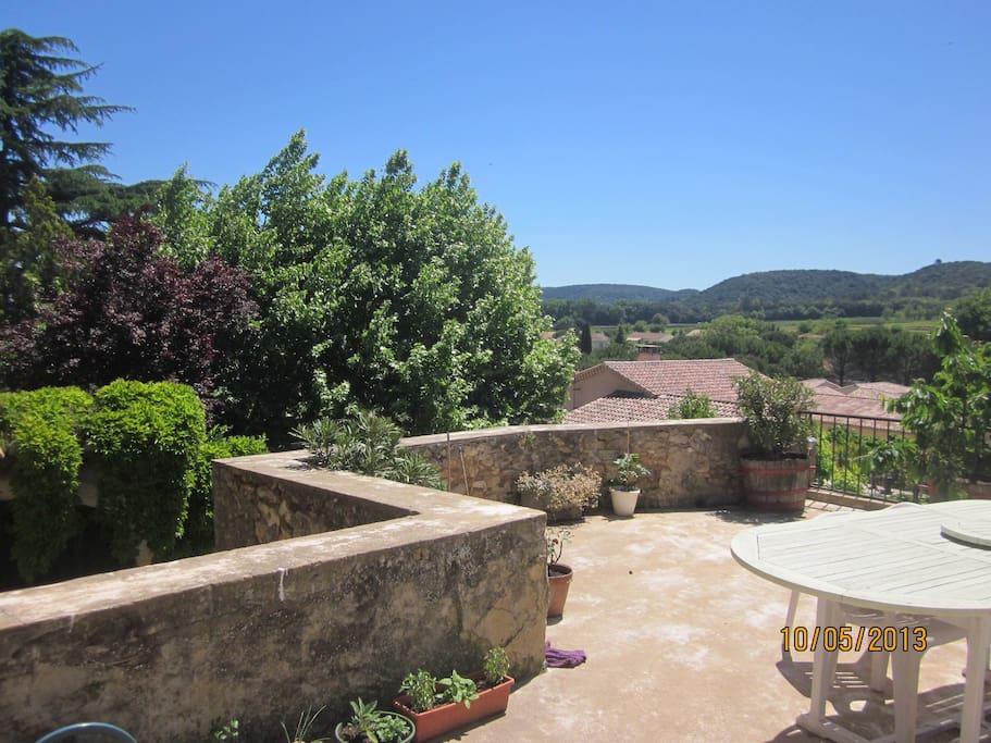 Grande terrasse équipée de bain de soleil et barbecue ainsi qu'un ensemble de jardin (table 6 couverts).
