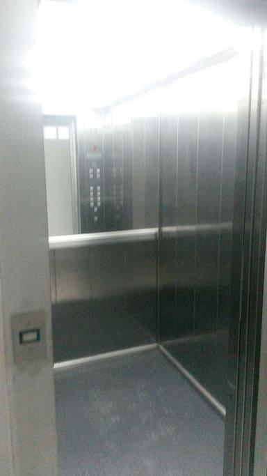 ascensor bastante grande, buen funcionamiento