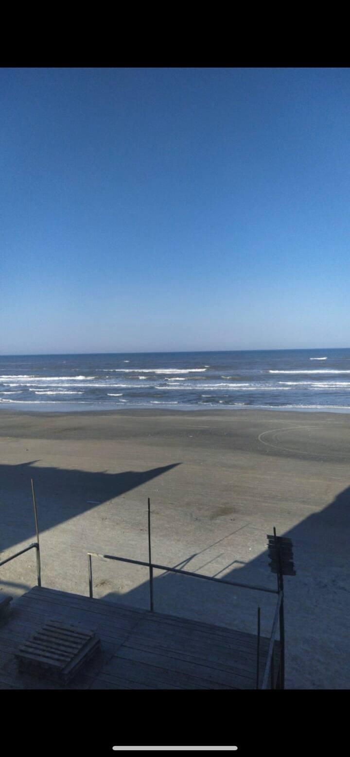 Ape a beira mar com sacada e janela com vista!
