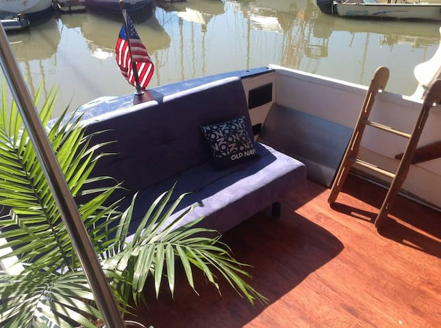 Cozy Boat, perfect hideaway for two....