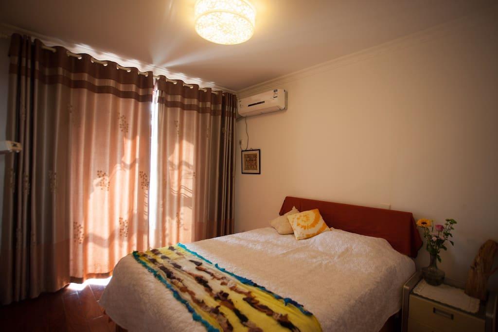 阳光卧室,双人床,冬天首选这个房间,南京冬天阴冷,这里有暖阳的支持