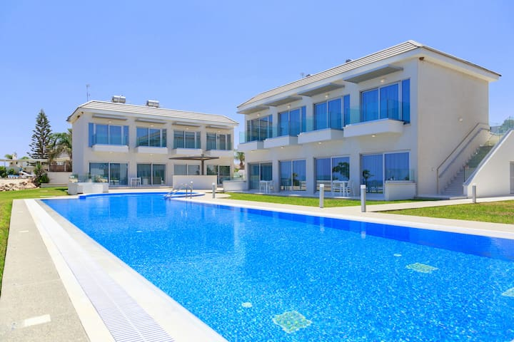 2 Bed Luxury Apt with Large Communal Pool A1-001