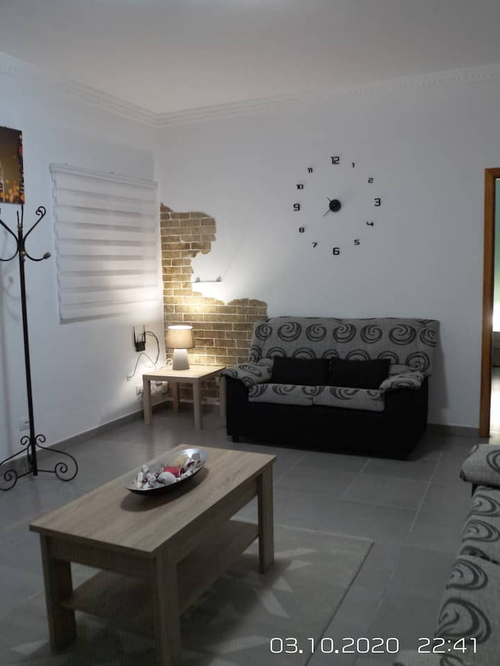 """Cosy Apartment """"2A Francesca"""" close to the Sea with Wi-Fi & Fans; Bed Linens & Towels Included"""