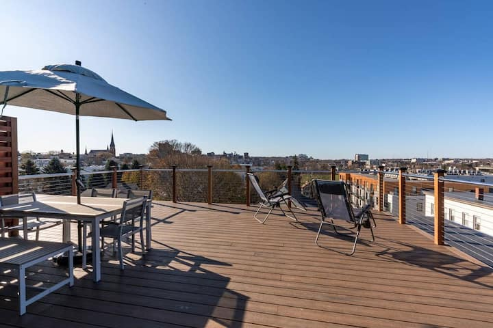Luxury Penthouse with Private Roofdeck and Parking Space