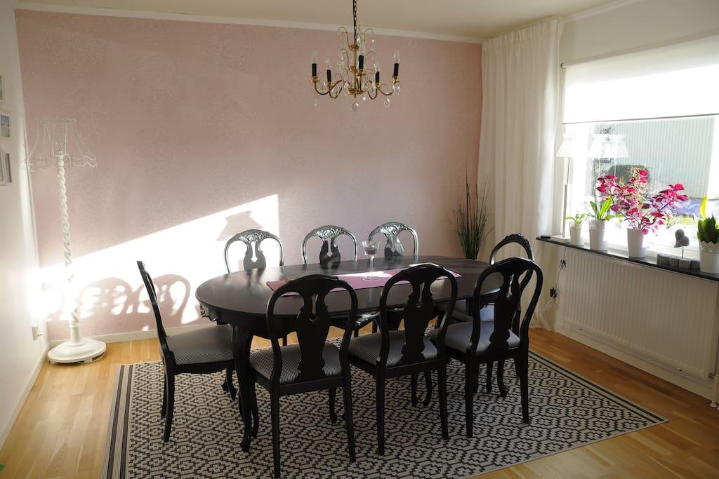 Matsalsbord med plats för upp till 12 personer
