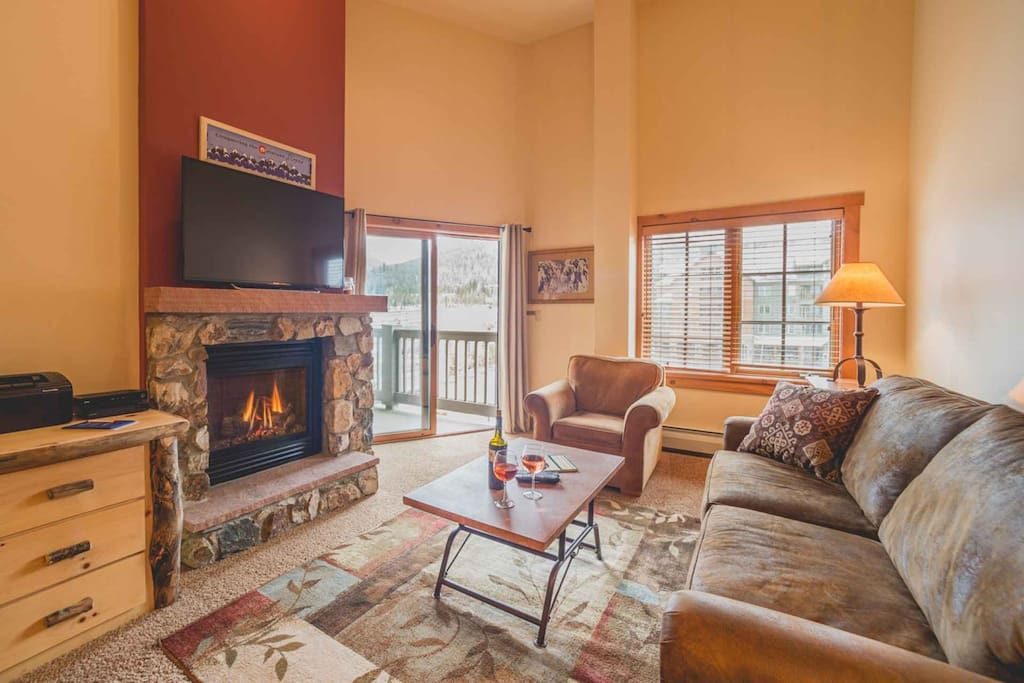Cuddle By The Fire In This Warm and Comfortable Condo With Mountain Views!