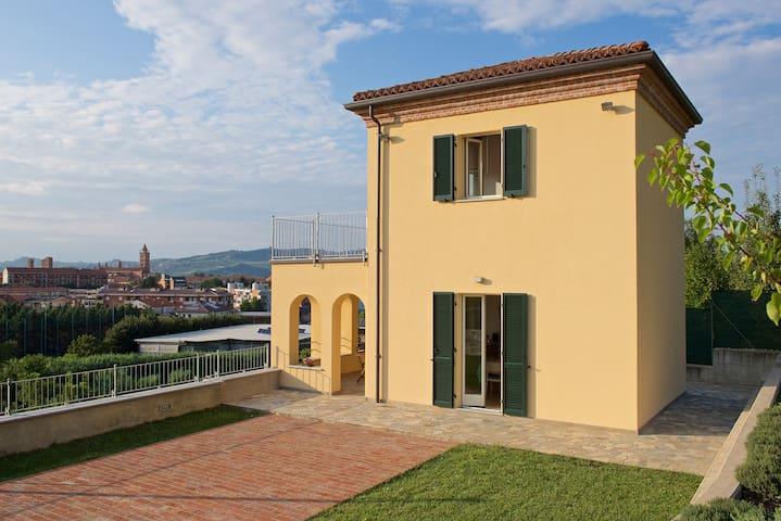 Villetta indipendente con vista panoramica su Alba