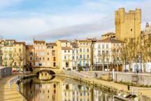 Narbonne : le palais des archevêques et le canal du midi qui passe sous les maisons