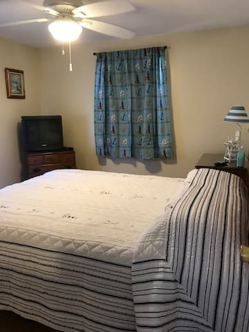 Master Bedroom Room Darkening Shades Queen Bed / Cable TV / Ceiling Fan