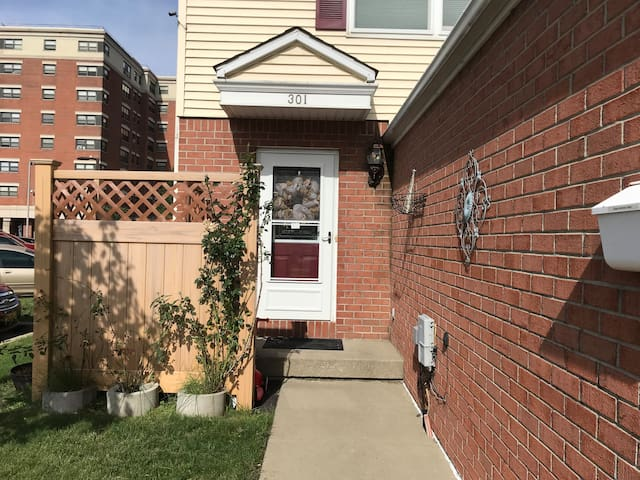 Quiet, Downtown 2 bd townhome, (Parking)