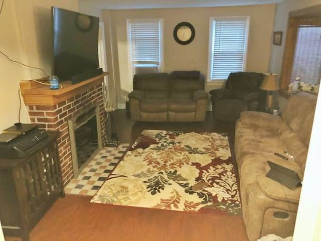Private Room with attached bathroom in Glenville