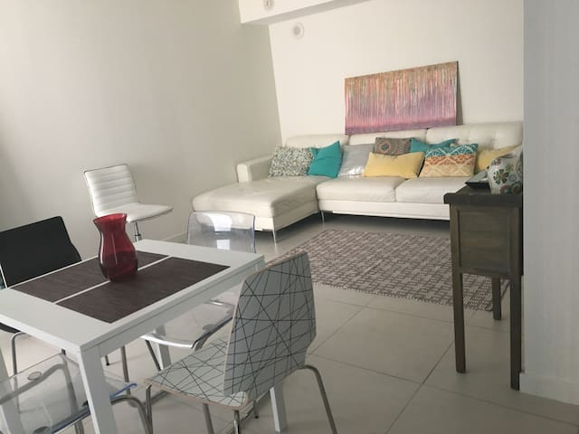 Living room in luxury condominium - หาดไมอามี