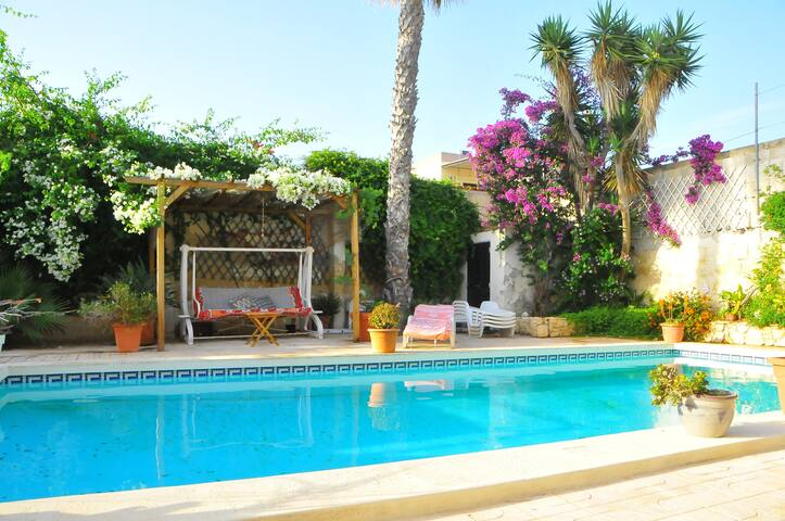 Double bedroom in Charming Villa with pool