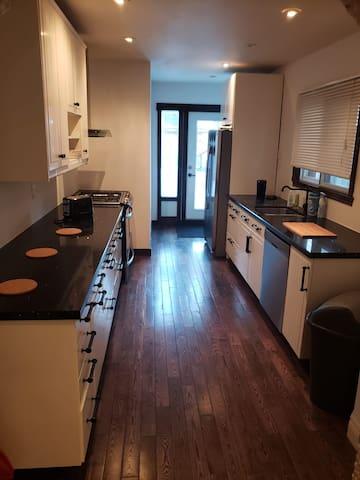 Quaint 3 Bedroom Home w/Parking Annex Area