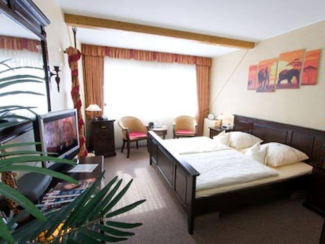 Landhotel Grimmeblick **** (Winterberg/Elkeringhausen) -, Doppelzimmer Afrika DU/WC Panorama-Talblick