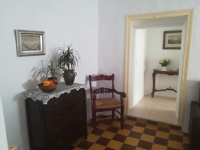 Suite con salón y baño privado en casa andaluza.