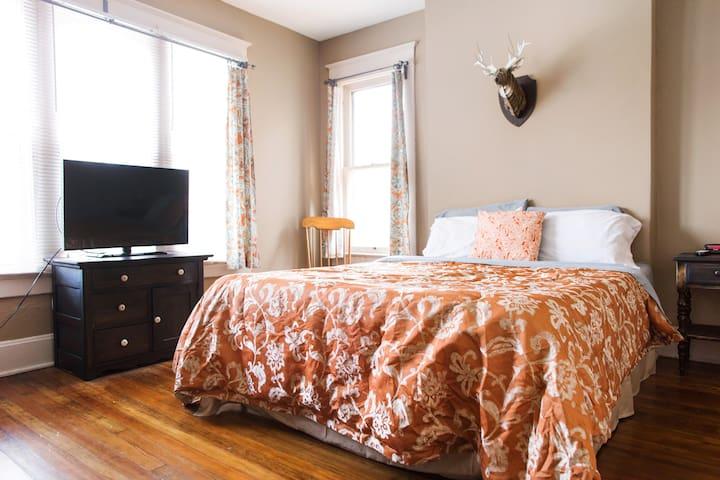 Spacious Master Suite (Street View) - Columbus - Bed & Breakfast