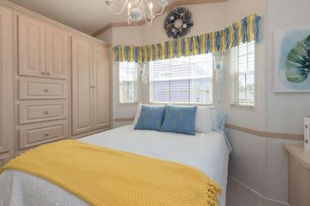 Shells Cottage, beautiful decor, for 2 near Disney