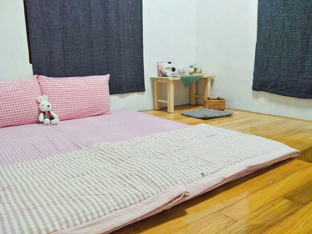 訂房人數是1的話,就是一張床墊 訂房人數是2的話,就是兩張床墊 訂房人數是3的話,就是三張床墊