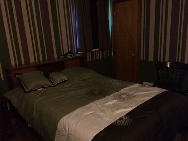 Private Room (full bed & futon), 11 mi. from CLE - Euclid