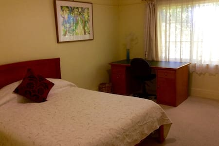 Light and airy room-close to city - Thornbury - Bed & Breakfast
