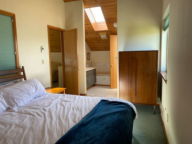 King bed with an en suite bathroom. Jacuzzi tub and a standing shower.