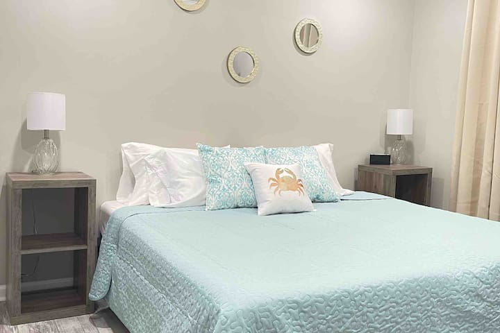 Stretch out in this spacious space with new gel-comfort mattresses resting on split king foundations. The digital alarm clock features lighting effects, dimming, and USB ports to charge your devices.