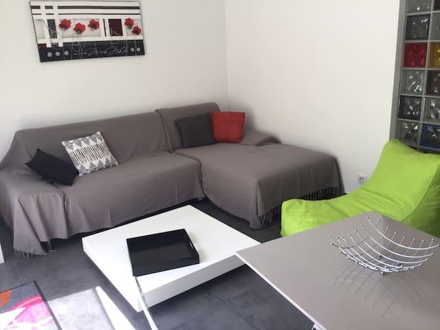 salon avec canapé télévision écran plat