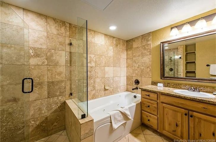 King Suite jetted tub, heated pool, hot tub & more