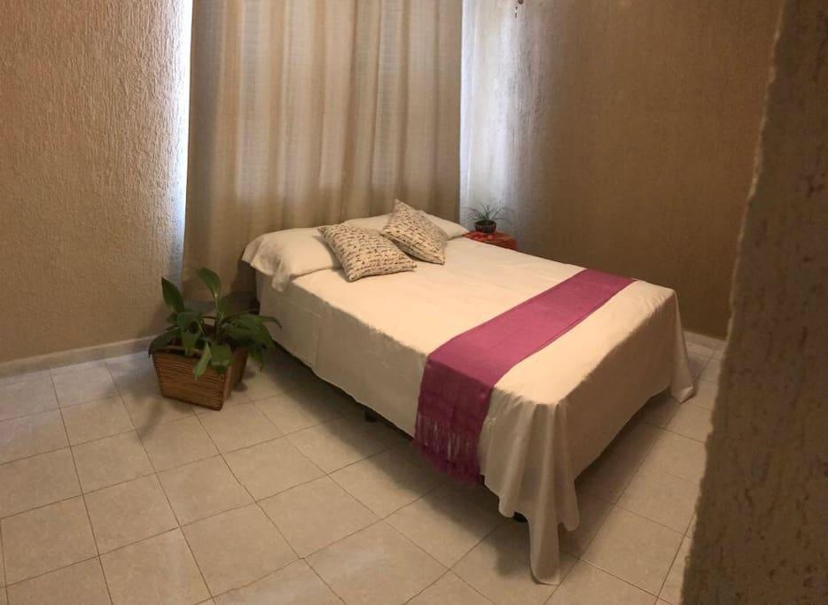 Recamara amplia con cama matrimonial, closet y aire acondicionado.